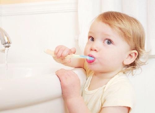 Cha mẹ nên hướng dẫn và giám sát việc đánh răng của bé.
